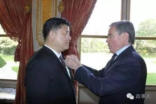 """2009年,陈竺获得""""法国荣誉军团军官勋章""""。"""