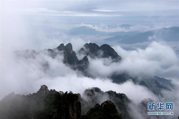 当日,安徽黄山风景区雨后初霁,群峦在翻腾的云海中若隐若现,宛如仙境