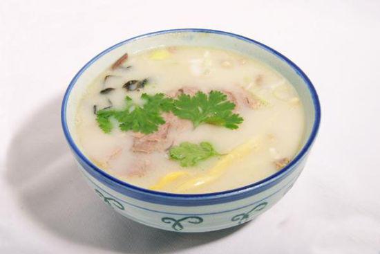 如菏泽的赵家羊肉汤,以三里庄砂锅羊肉汤为代表的菏泽砂锅羊肉汤等,各