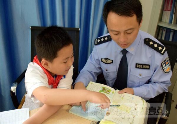 工作繁忙的赵华东几乎每天早上都7点前出门,而这个时候儿子却还没有醒