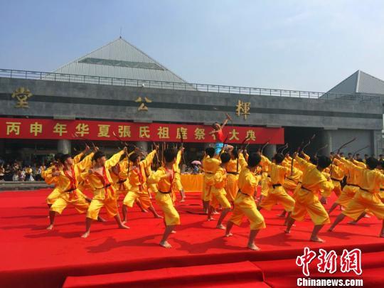 36名少年表演《长弓舞》,颂扬挥公发明弓矢、造福后人的旷世功勋。李铁锤摄