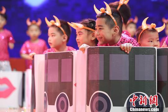 财经滚动新闻 > 正文   5月29日,南京春江幼儿园的孩子们伴随着音乐