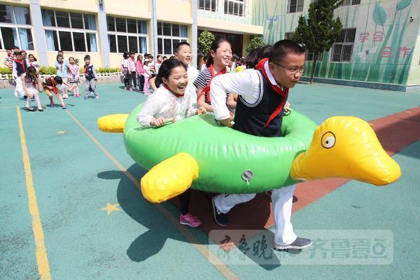 6月1日,在青岛朝城路小学,学生们正在进行龟兔赛跑、众星捧月游戏。当日,该校举行庆六一师生同乐游戏嘉年华活动,有指压板赛道、毛毛虫竞速、同舟共济、龟兔赛跑、众星捧月等。这些趣味比赛项目集生活技能、健身娱乐于一体,既丰富了师生的课余生活,又增进了师生间的情谊。 齐鲁晚报 齐鲁壹点记者 张晓鹏 摄影报道 齐鲁壹点客户端版权稿件,未经许可不得擅自转载,违者将依法追究法律责任。