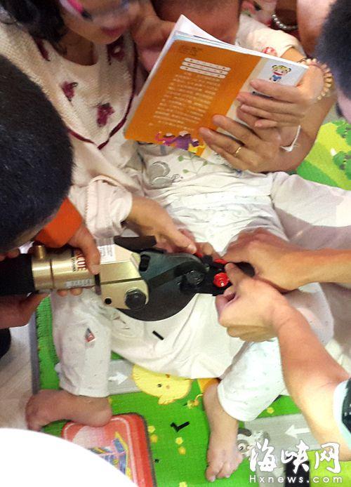 穿开裆裤玩玩具车被夹住福州2岁男童蛋疼女性情趣用品买初期什么图片
