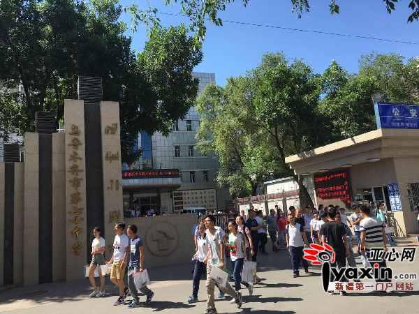 6月7日上午,乌鲁木齐市第七十中学考点,语文科目考完后学生走出考场.