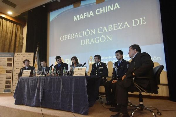 """阿根廷安全部长帕特里夏·布利里奇与中国特派警员出席""""打击'貔貅'犯罪团伙""""行动的记者发布会。(网页截图)"""