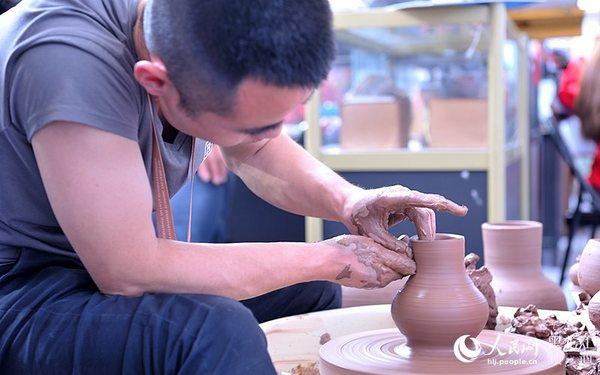 现场展示大庆陶艺制作过程.围城 摄