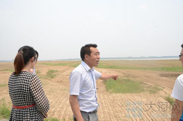 孙志峰带我们参观黄河湿地生态区