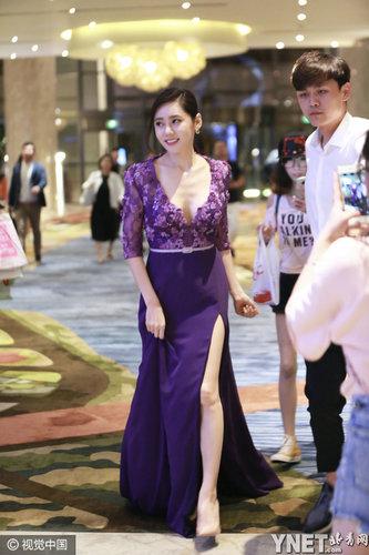 秋瓷炫紫色深V开叉长裙大秀身材 遭粉丝一路跟拍