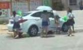 老师令学生烈日洗车