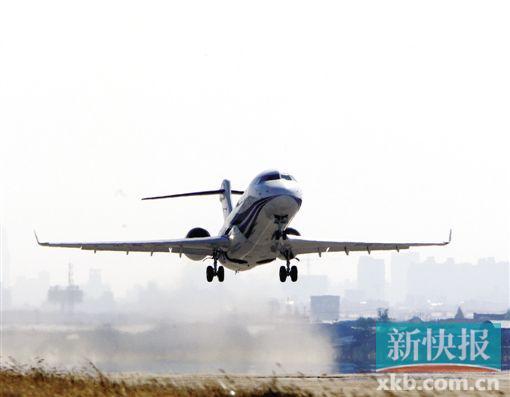 2008年11月28日12时23分,我国自主研制的ARJ21-700新支线飞机在上海成功首飞。这是我国航空工业发展史上具有里程碑意义的一次飞行。通讯员供图 每周二、周四、周六,成都往返上海,最多可坐90人 新快报讯 记者冯艳丹 通讯员王新帅报道 盼了14年,阿娇终于迎来首航。今天,成都航空公司航班号为 EU6679的ARJ21-700飞机搭载70名乘客从成都飞往上海,标志着我国自主研制的首架喷气式支线客机ARJ21正式以成都为基地进入航线运营,中国的天空首次迎来自己研发的喷气式客机。 ARJ21新支