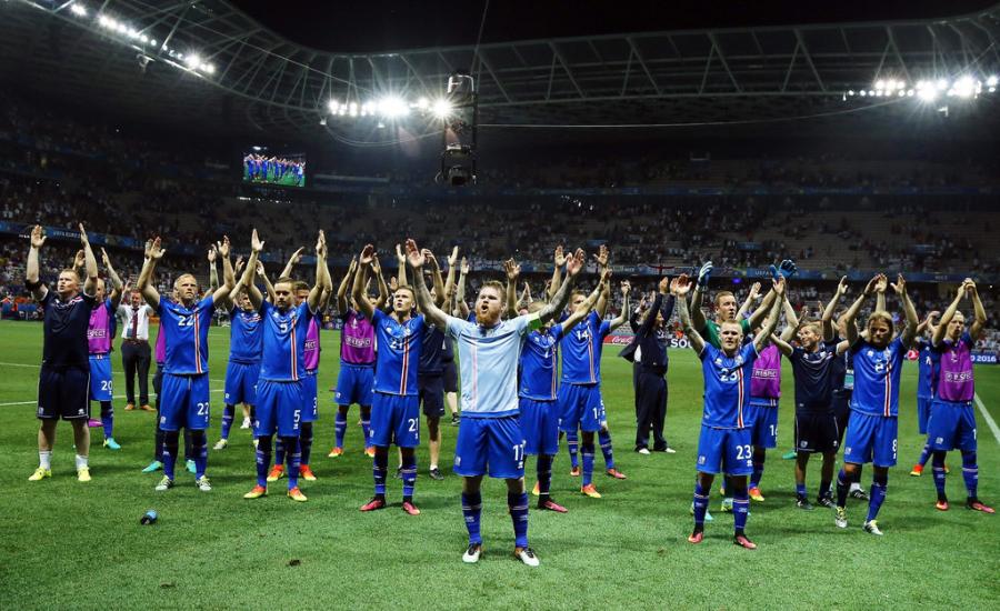 冰岛足球队庆祝胜利