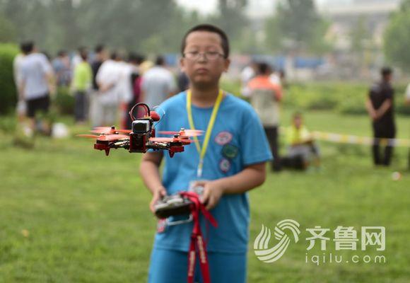 济南高中生痴迷无人机:周末背20块树林小高中教师歌颂作文电池图片