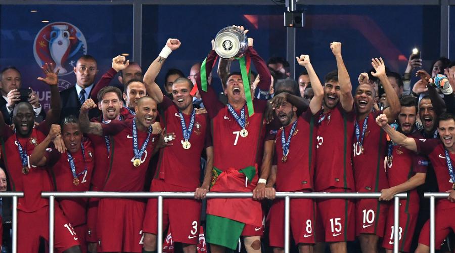 欧洲杯颁奖仪式 C罗高举德劳内杯