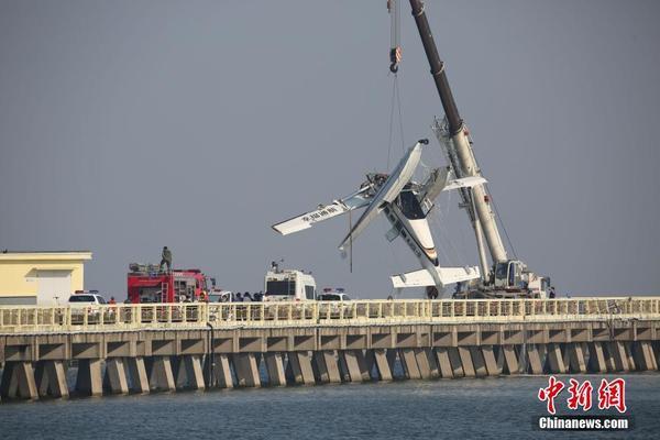 中午12点20分左右,第一架水上飞机撞上沪杭公路7835号大桥.