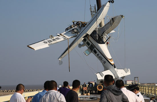 7月20日,失事飞机被打捞出水。新华社记者 裴鑫/摄 本报上海7月20日电(中国青年报中青在线记者 周凯 王烨捷)今天中午12时20分许,一架水上飞机(幸福通航B-10FW)在执飞上海金山-浙江舟山航线起飞过程中发生事故,撞上沪杭公路7835号大桥桥墩落入水中,机上有1名机长、1名副驾驶和8名乘客。截至今晚19时,事故已导致5人遇难,5人受伤。 今天晚上,中国青年报中青在线记者从金山区委宣传部获得的消息称,事故原因仍在调查之中。据东方网报道,失事飞机内黑匣子已找到,目前检测机构正紧急分析飞机出事前最后