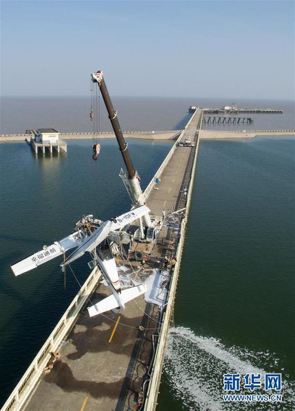 7月20日,救援人员在事故现场打捞飞机。当日12点20分许,幸福通用航空一水上B-10FW飞机,在执飞上海金山-舟山航线起飞过程中撞上沪杭公路7835号大桥,经过紧急救援,机上10人被全部救出并送往复旦附属金山医院,其中5人死亡,1人正在手术救治中,其余4人生命体征平稳。新华社记者 裴鑫摄
