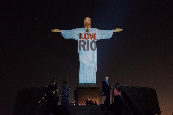 """为宣传奥运,里约热内卢政府在耶稣像打出""""我们爱里约""""的字样"""
