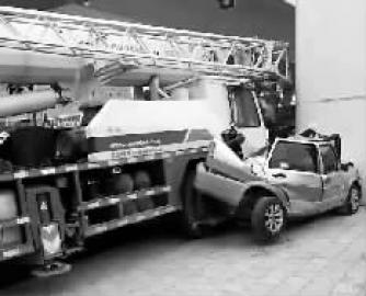 出租车被吊车撞扁
