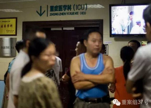 ▲8月11日,事故受伤人员家属在湖北当阳人民医院ICU病房门口守候。新华社发