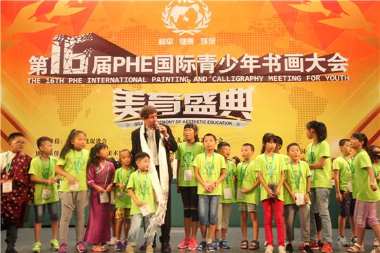 PHE国际形象大使菲利普先生与选手共唱PHE会歌。