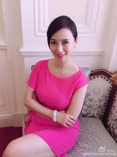 今天上午,翁虹微博晒出一组身穿粉色连衣裙的美照.