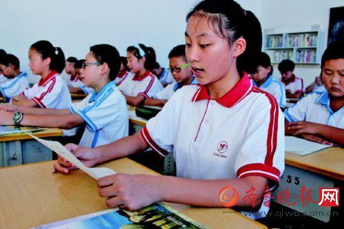9月1日,在市第二实验中学,初一学生刘书祎正在背诵中学生日常规范图片