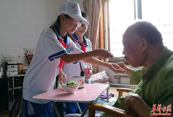 长沙雅礼实验中学志愿者关爱孤寡老人 送中秋慰问图片