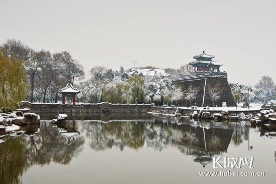 丛台公园建筑群之武灵丛台侧雪景。 美丽河北办公室/供图
