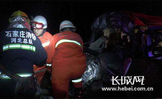 面包车深夜追尾两人被困,石家庄消防破拆救援。图片由石家庄公安消防支队提供