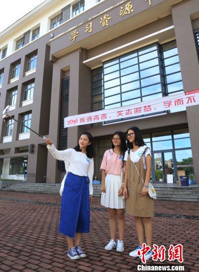 福州:双胞胎新生直播大学开学 让家长在家看孩子报到