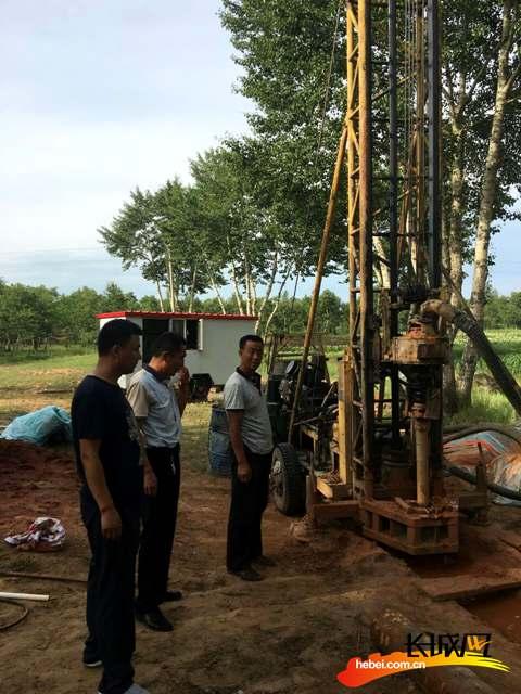 尚义县水务局驻村工作组为村里兴修水利。