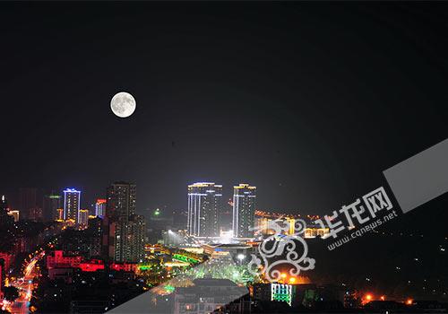 中秋夜男子拉二胡《十五的月亮》至深夜动态邻居包巴掌呼表情图片