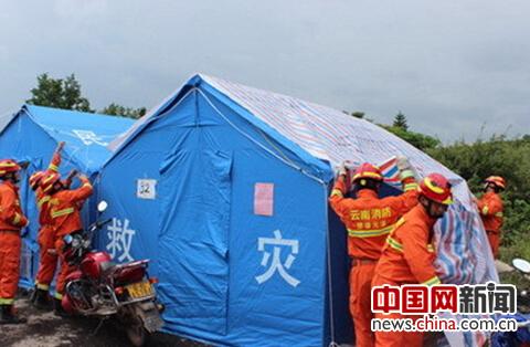 给所有帐篷加盖防水彩条布