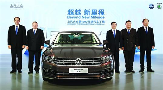 随着一辆天鹅绒棕的PHIDEON辉昂驶下生产线,上汽大众在今年夏末迎来了第1500万辆汽车下线,成为国内首家产量突破1500万辆的乘用车生产企业。 上汽大众第一个500万辆历时26年,见证了中国汽车工业利用外资、引进技术、自我吸收、滚动发展的历程; 第二个500万辆历时4年,亲历了国内汽车市场加速发展的黄金时期;如今凭借强大的体系竞争力,上汽大众仅用不到3年的时间就实现了第三个500万辆,在日趋成熟的国内汽车行业中缔造了新的里程碑。 近年来,上汽大众积极推进产能布局,已拥有上海安亭、南京、仪征、乌鲁木齐
