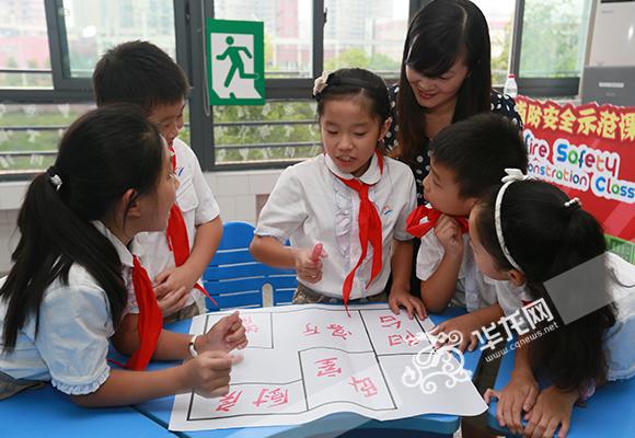 课堂上分小组进行学习讨论。 记者 陈龙翔 摄