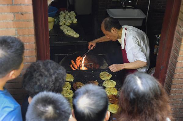 2016年9月26日,上海南昌路,阿大正在做葱油饼。  本文图片均来自澎湃新闻记者张新燕实习生刘嘉炜