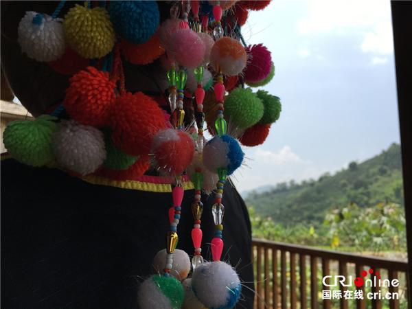 拉祜族女性头饰上的花朵元素