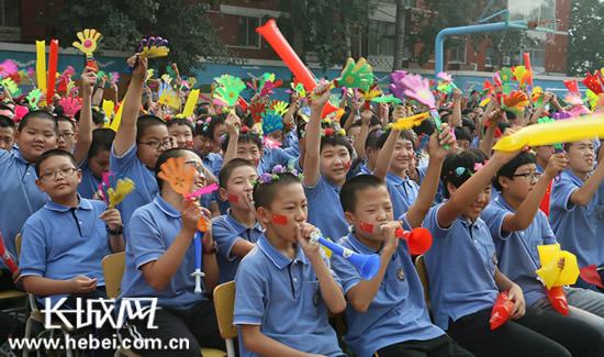 学生们将现场气氛推向高潮。刘俐验 摄