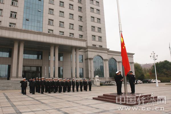 图为哈尔滨海关隶属绥芬河海关举行国庆升国旗仪式.黄力辉摄