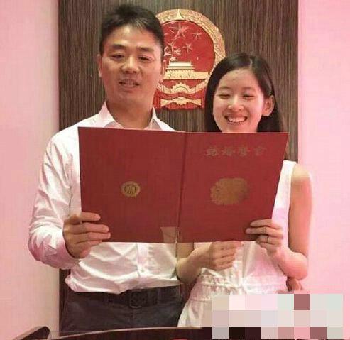 刘强东背奶茶妹妹秀恩爱 刘强东奶茶妹妹双双爆红 - 点击图片进入下一页