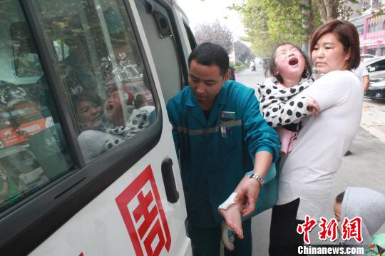 女孩获救后,被送上了救护车。 付泉 摄