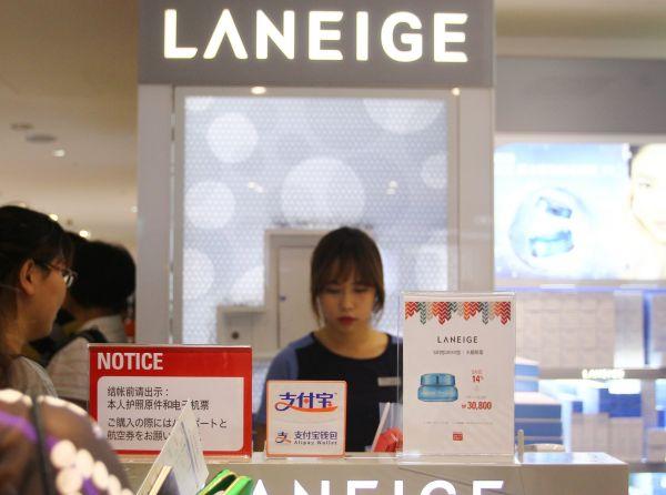 资料图:中国游客在韩国首尔的乐天免税店里排队等待付款。新华社记者姚琪琳摄