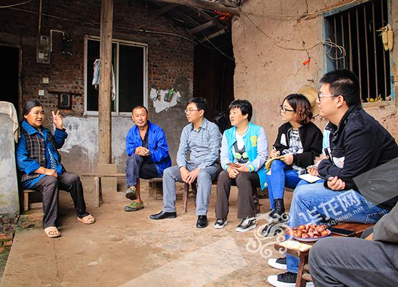 驻村工作队成员在和康和平的父母聊天。 实习记者 陈晓 摄
