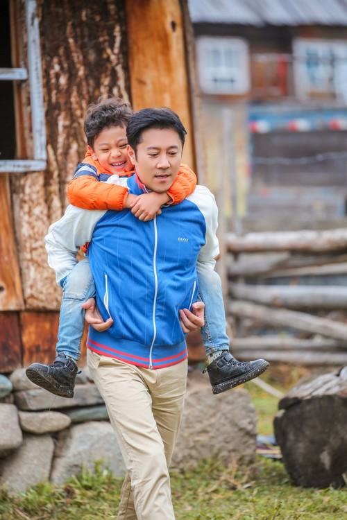 近日,蔡国庆儿子蔡轩正剧照曝光,在《爸爸4》拍摄中,他完全融入大