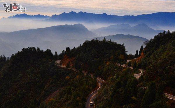 云雾,绿树,山上的公路,营造出水墨山水画特有的韵味,美得让人沉醉.