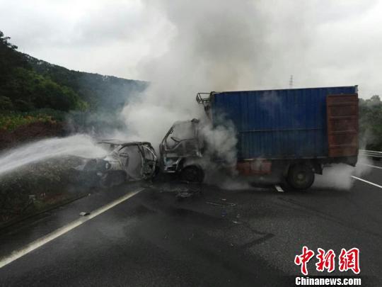 福州长乐机场高速两车相撞起火 ,消防官兵快速灭火。 刘可耕 摄