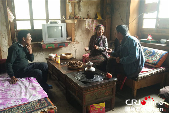 记者采访孤寡老人仁增曲措,仁增曲措是村里的五保户,谈起驻村工作队,老人十分感动,她把驻村工作队队员当作自己的孩子