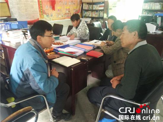 记者采访达许村村支部书记扎堆
