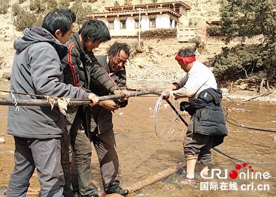 2016年3月19日,工作队队长刘朝阳带领队员们与村组干部一起帮助村民修缮坏损水管